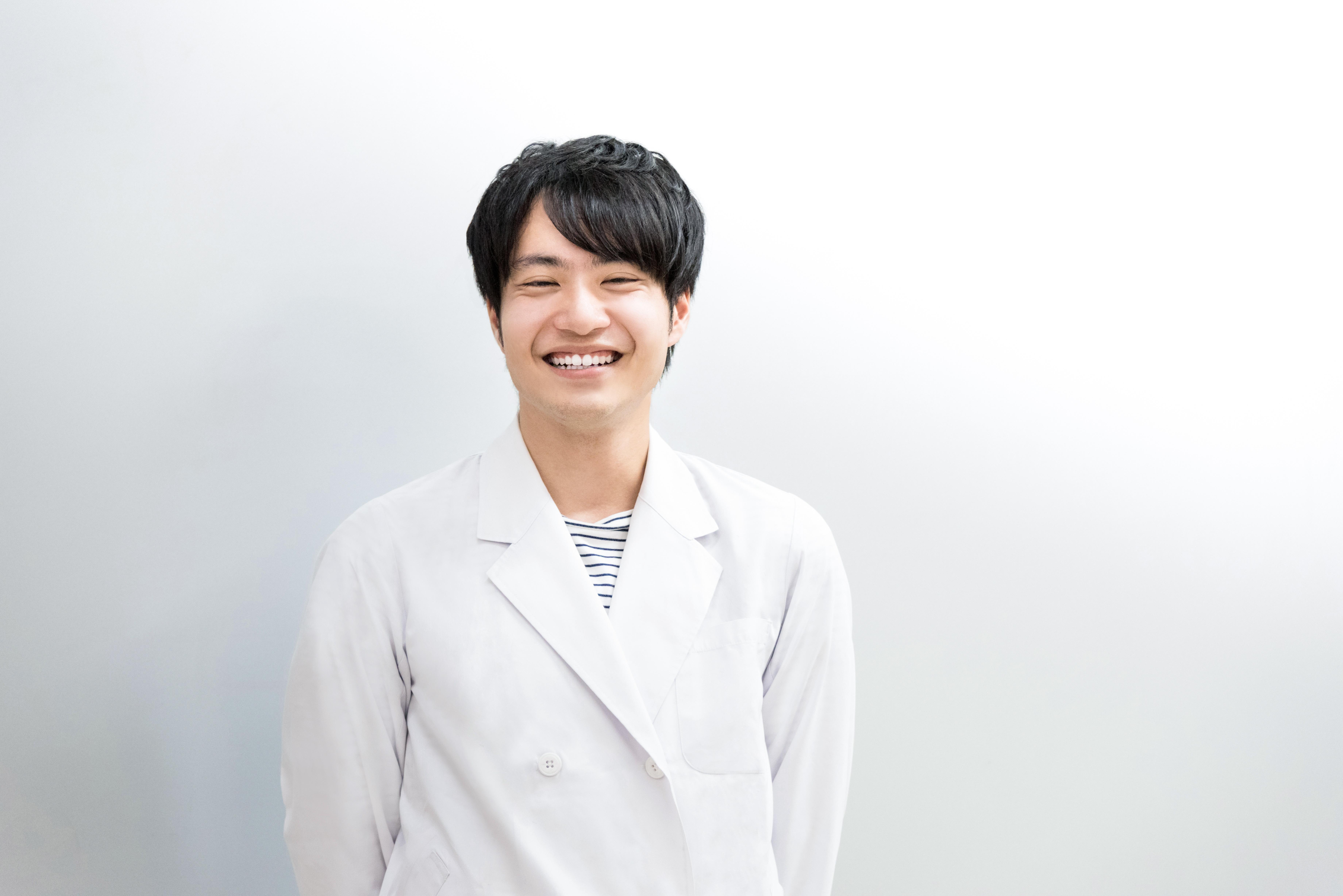 笑顔の白衣の男性(医者・科学者・学者)