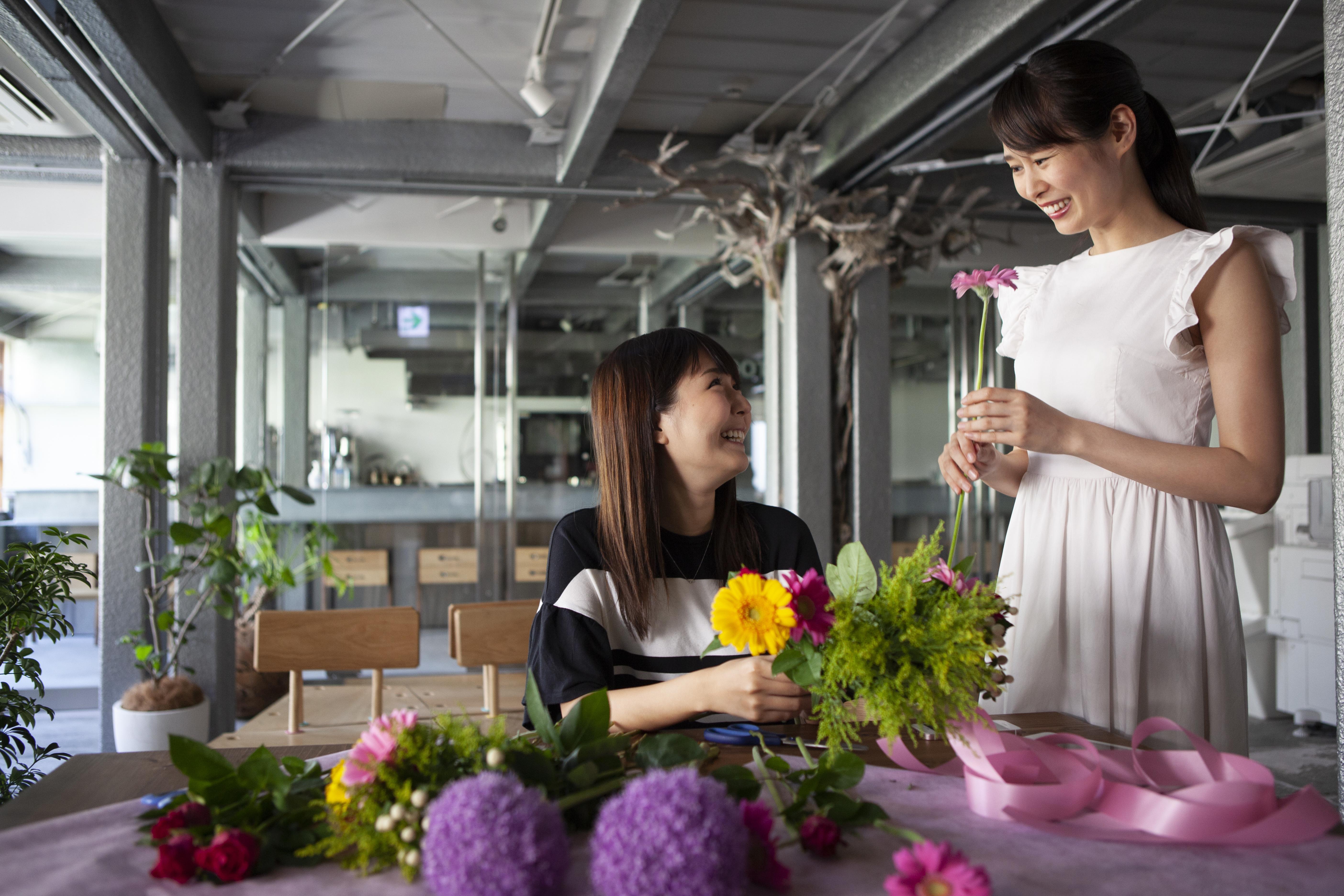 楽しそうに花束を作る女性二人